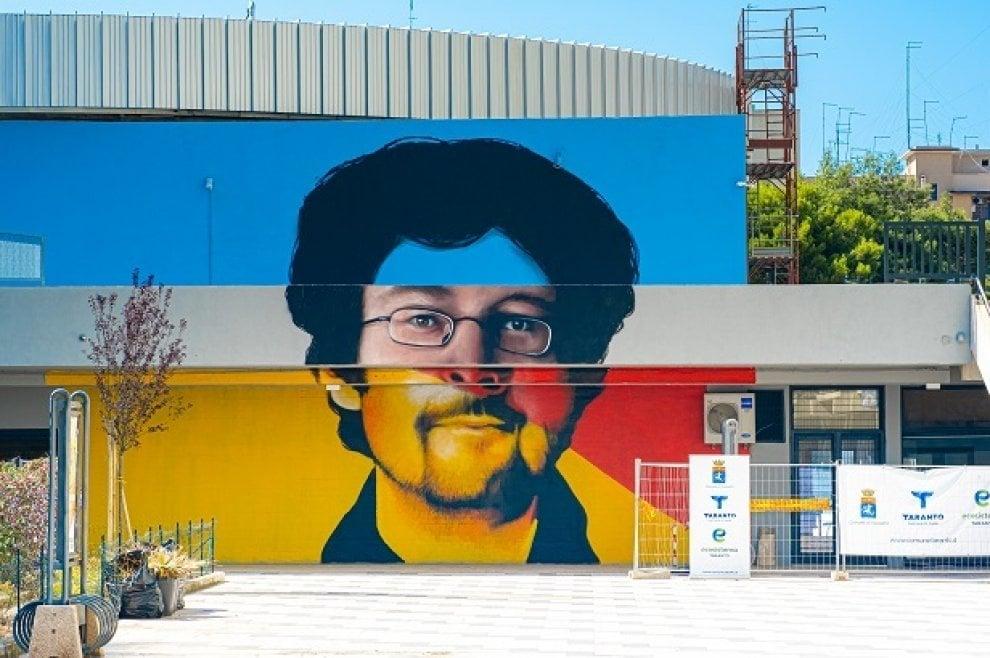 Alessandro Leogrande sul murale della biblioteca di Taranto