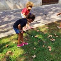 Bari, il giardinetto di Madonnella è sporco: i bambini lo ripuliscono