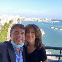 """Renzi, selfie con Agnese sul lungomare di Bari: """"Buongiorno a chi fa politica per gli ideali"""""""