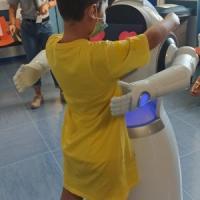 Taranto, un robot nel reparto di Pediatria: accoglie i bambini e ne monitora