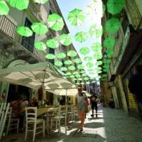 A Bari vecchia il cielo si fa verde con gli ombrelli dedicati alla salute mentale