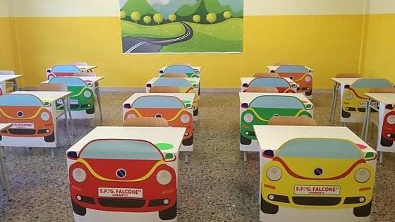 """Taranto, nella scuola post Covid i banchi trasformati in automobili: """"Così i bambini sono subito in moto"""""""