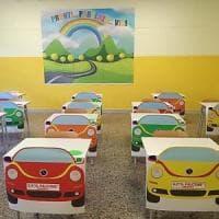 """Taranto, nella scuola post-Covid i banchi trasformati in automobili: """"Così i bambini sono..."""