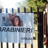 """Omicidio di Lecce, il manifesto davanti all'appartamento di Eleonora e Daniele: """"Grazie carabinieri"""""""