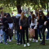 Fridays for future, a Bari i liceali del Flacco liberano dai rifiuti i giardini di piazza Garibaldi