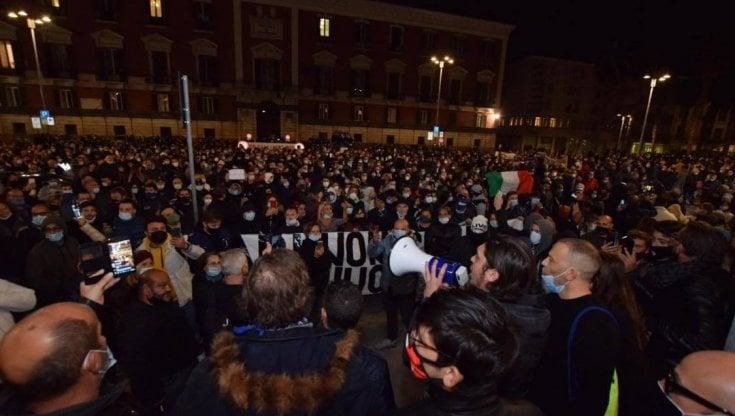 Protesta per il Dpcm, a Bari 500 in corteo: fumogeni e urla Assassini. Bombe carta in via Sparano