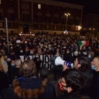 "Protesta per il Dpcm, a Bari 500 in corteo: fumogeni e urla ""Assassini"". Bombe carta in..."