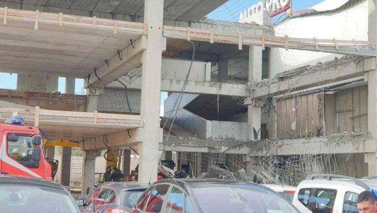 Brindisi, crolla il solaio di un capannone: morto un operaio sotto le macerie, 4 feriti gravi