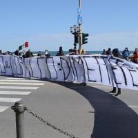 Bari, ristoratori e commercianti protestano sul lungomare. Parrucchieri e centri estetici...
