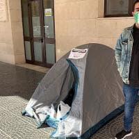 """Il grido di Angelo in tenda davanti al Comune di Barletta: """"Non ho più soldi, chiuderò la..."""