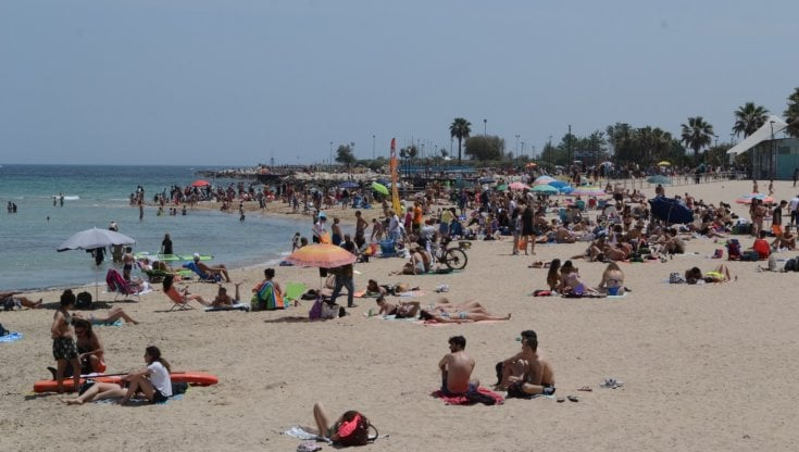 """Spiagge affollate e lunghe code verso Brindisi, in Puglia l'estate è già  arrivata: """"C'è voglia di normalità"""" - la Repubblica"""