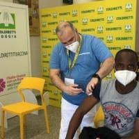 """In Puglia al via le vaccinazioni anti-Covid per i braccianti stranieri. Coldiretti: """"Una..."""