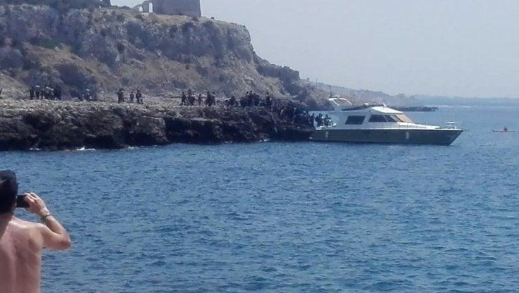 Salento, sbarco in mezzo ai bagnanti in pieno giorno a Porto Selvaggio: quasi 100 persone a bordo di un cabinato