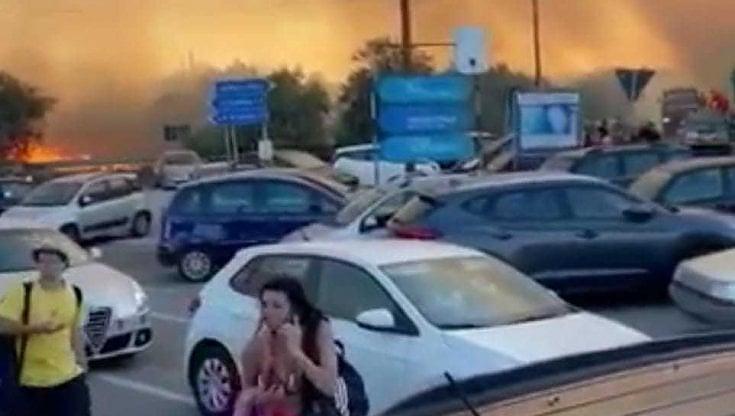 Otranto, in fiamme il paradiso di Porto Badisco: persone in fuga da case e  spiagge - la Repubblica