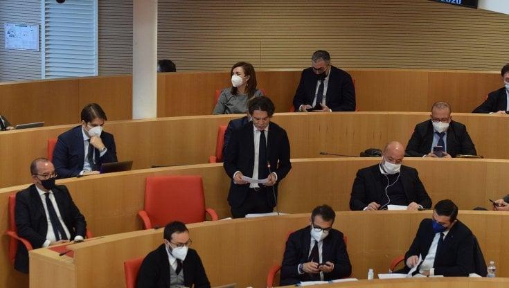 Regione, travolti dalle polemiche i consiglieri pugliesi abrogano la liquidazione che si erano concessi: