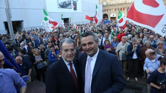"""Festa del Pd in piazza a Bologna. Prodi sul palco: """"Non capitava da tempo"""""""