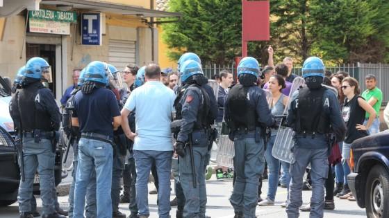 Sgombero di anarchici a Bologna, un gruppo si barrica