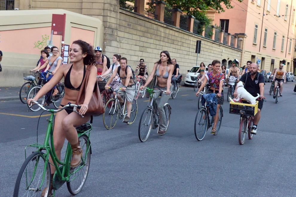 Ciclonudisti per le strade di Bologna