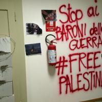 Nuovo blitz dei collettivi contro Panebianco: murato l'ingresso del suo studio