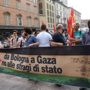 """Antagonisti in corteo pro Gaza. Fischi e grida: """"Vergogna"""""""