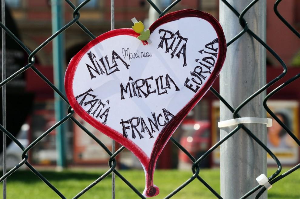 """Il muro del pianto alla stazione di Bologna. I nomi delle vittime, la rabbia: """"Perchè?"""""""