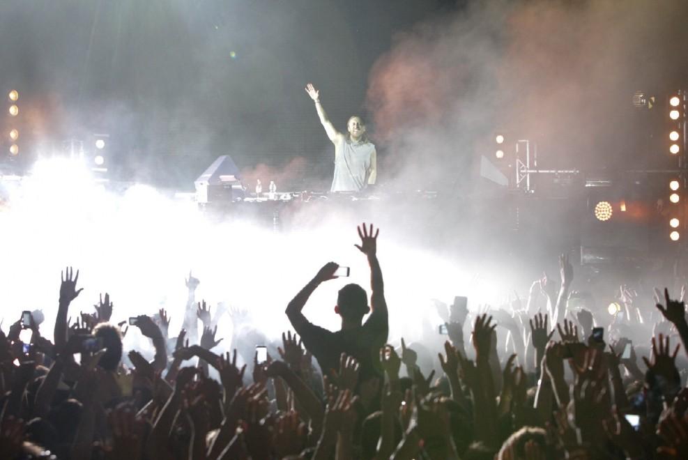Musica, scenografie e maxischermi, in 11mila per David Guetta