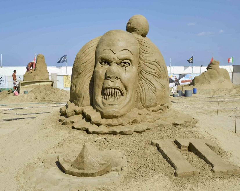 Non chiamateli castelli quando la maxi scultura di - Immagini di spongebob e sabbia ...