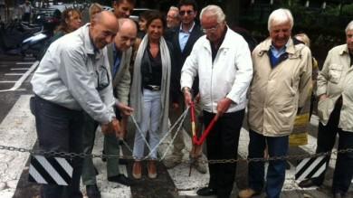 Santo Stefano: via la catena in viale Oriani  La protesta del quartiere  di A. CORI  -  foto