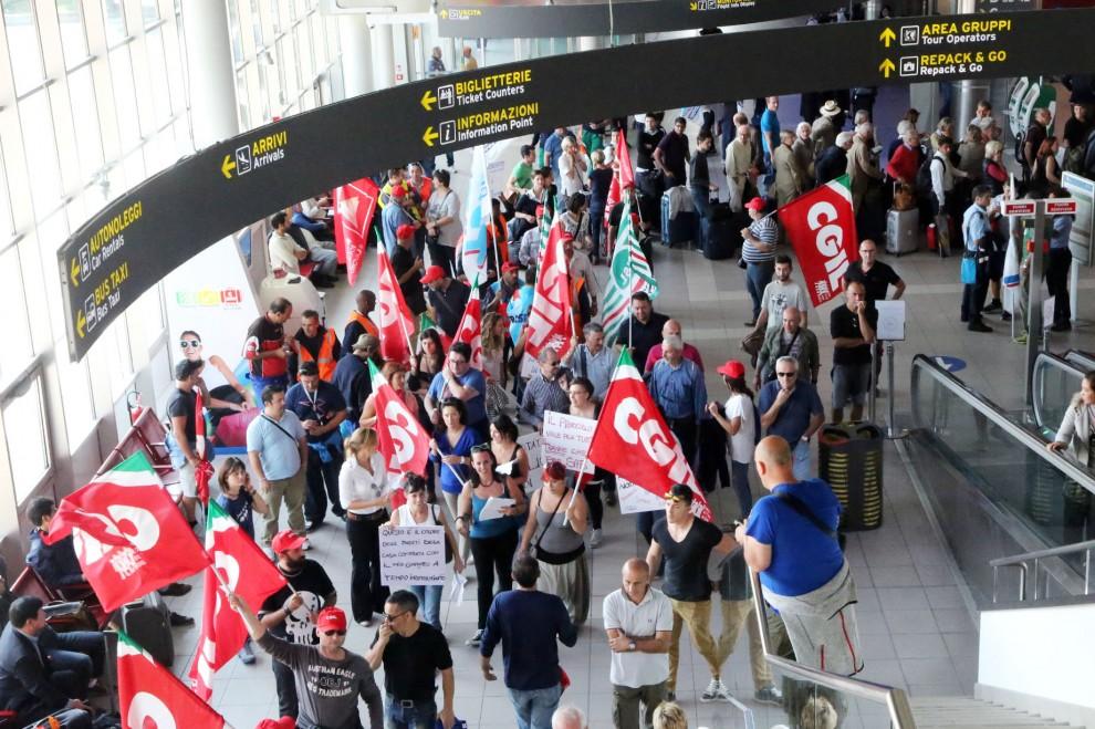 Sciopero in aeroporto, bandiere e striscioni in corteo
