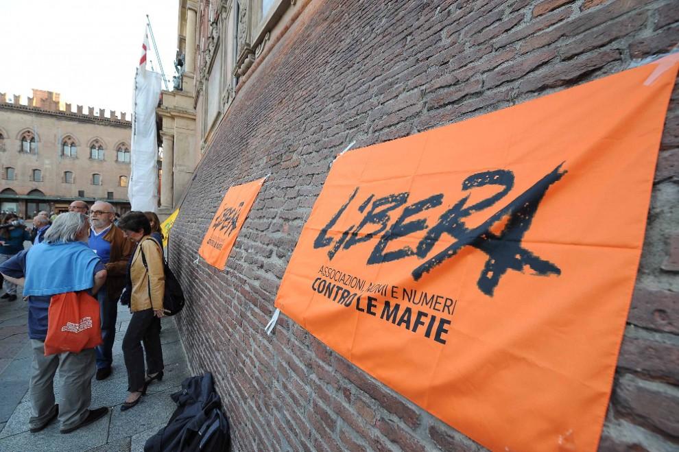 """Bologna scende in piazza per Don Ciotti: """"Non sarai mai solo"""""""