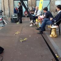 Renzi contestato a Ferrara, le uova sul palco