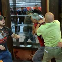 Manganellate e feriti in piazza, scontro tra ultracattolici, Forza Nuova e centri sociali