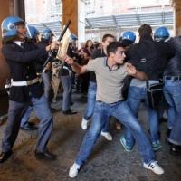 Manganellate e feriti in piazza Galvani tra ultracattolici, Forza Nuova e centri sociali