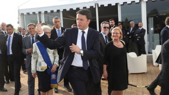 Renzi accende la Philip Morris: taglio del nastro nel bolognese, contestazioni a Medolla