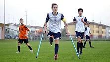Francesco in campo senza una gamba  -   foto