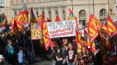 """Usb in corteo per il lavoro  Foto  Il fantoccio di Renzi e la scritta """"scemo"""""""