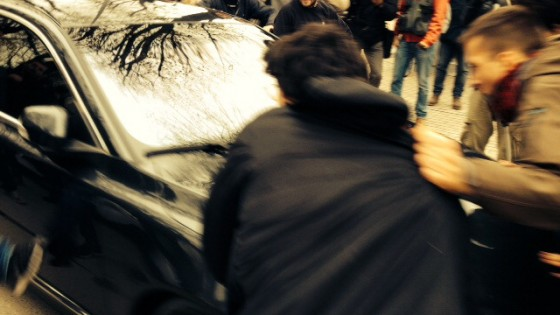 """Salvini aggredito degli antagonisti, sassi e calci contro la sua auto. """"Noi stiamo bene, bastardi"""""""