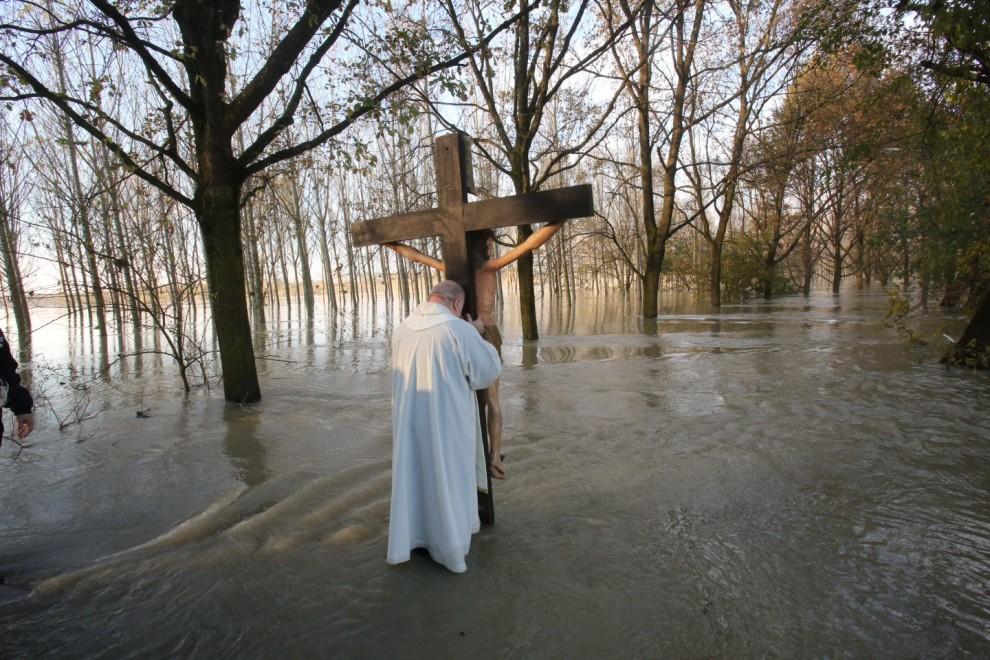 Brescello, in processione al Po il crocifisso di don Camillo