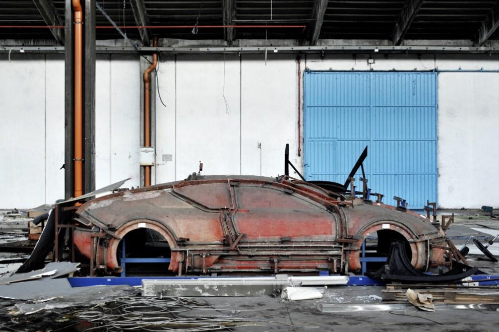 Ruggine, polvere, carcasse d'auto: la De Tomaso, cimitero della Motorvalley