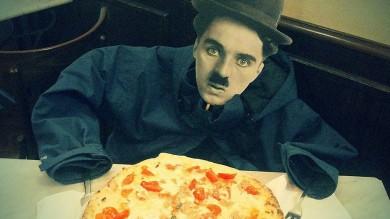 In posa con la faccia di Chaplin: il contest fotografico amato pure dai suoi eredi  di E.GIAMPAOLI