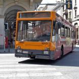 Guarda i bimbi e timbra tardi: maestra multata sull'autobus