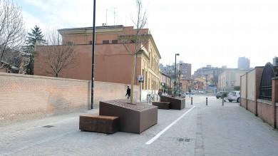Alberi, fioriere e sedute  Foto    pedonalizzata via Azzo Gardino