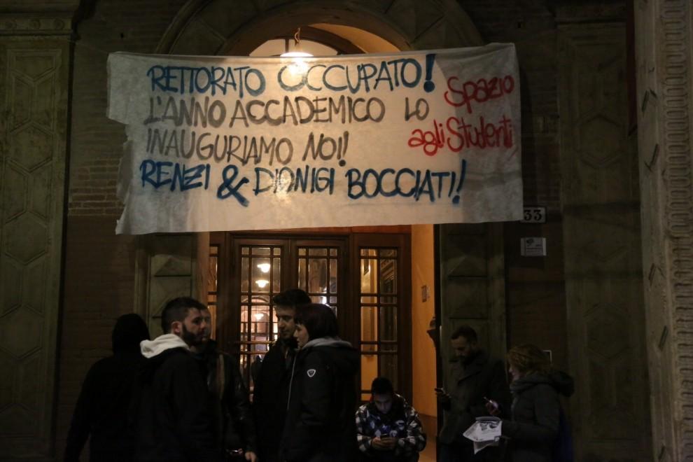 """Blitz dei collettivi in Rettorato: """"No a Renzi all'anno accademico"""""""