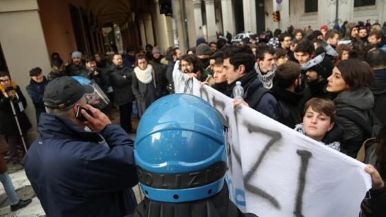 Renzi a Bologna tra scioperi e cortei. Poi incontra il sindaco anti-cemento