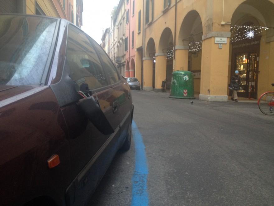Vandali in via Petroni: una sfilza di specchietti retrovisori rotti