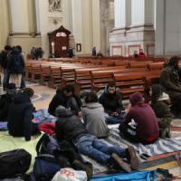 Antagonisti sgomberati, e loro occupano la cattedrale
