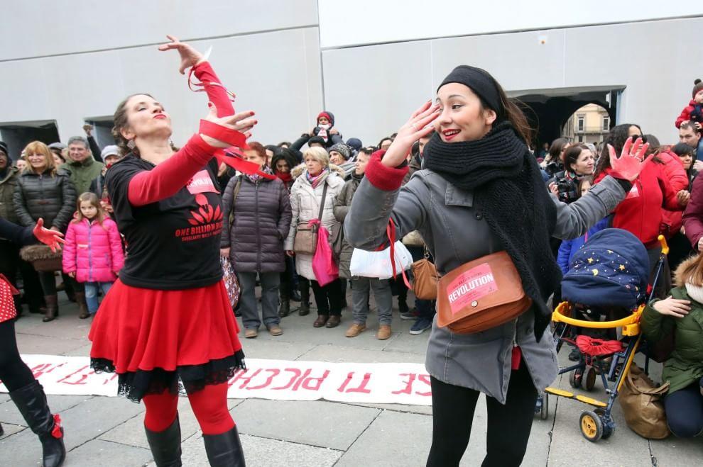 Le donne ballano in piazza contro la violenza