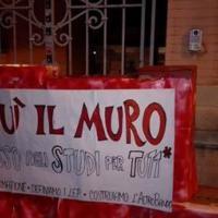 Bologna, gli striscioni degli studenti davanti alle facoltà: 'Giù il muro'