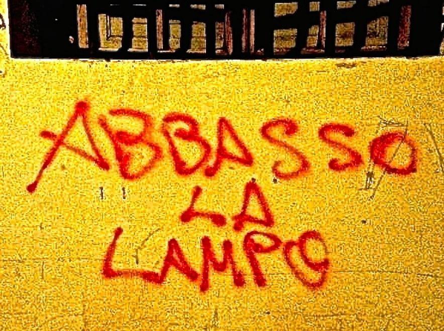 Non solo graffiti quando la 39 39 filosofia 39 39 scritta sui - Scritte muri casa ...