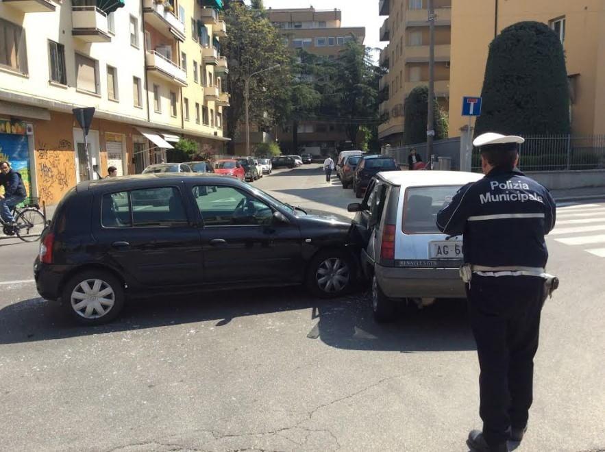 Scopa e paletta: i vigili urbani puliscono dopo l'incidente - 1 di 1 - Bologna - Repubblica.it